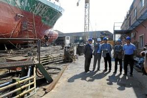 Visita de Valderas a las instalaciones de Astilleros junto a responsables de Cotnsa.
