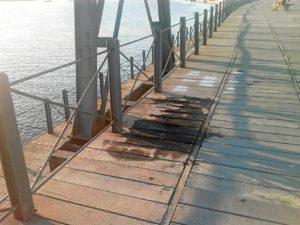 Daños ocasionados en el Muelle del Tinto por los fuegos artificiales de Colombinas. (Mesa de la Ría)