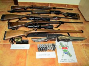 Las armas requisadas por la Guardia Civil.