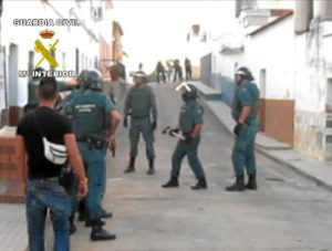 La Guardia Civil entrando en una de las casas registradas.
