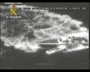 Imagen de la embarcación tras ser interceptada por la Guardia Civil.