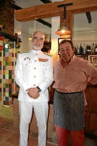 El almirante Santiago Bolibar Piñeiro al lado de su amigo 'Teto'.