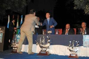 El pregonero saluda al alcalde de Huelva.