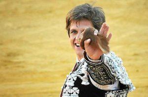El Juli muestra uno de sus trofeos en la plaza de la Merced. (Vicente Medero/ambitotoros)