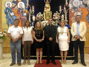El pregonero, en el centro, con las autoridades y la presidenta de la Hermandad.