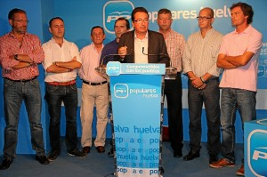 El presidente del PP junto a represantantes del partido en la zona del Condado.