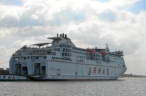 El ferry de Canarias atracado en el Muelle Sur.