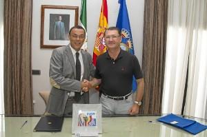 El presidente de la Diputación y el alcalde de Villablanca se estrechan la mano tras la firma del convenio.