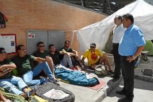 Visita del alclalde de Almonte a los despedidos del Infoca que se encontraban en huelga de hambre indefinida.