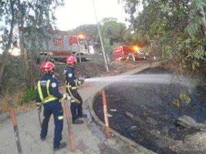 Los bomberos controlan el incendio. (José Carlos Sánchez-Multimagenestudio)