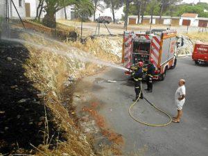 Los bomberos apagan las llamas. (José Carlos Sánchez-Multimagenestudio)
