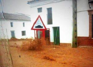 El agua corre por las calles de Cala a causa de la fuerte tromba de agua. (infometeo tuit)