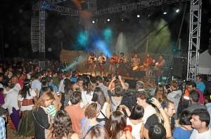 Numeroso público siguió las actuaciones de los grupos de música celta.