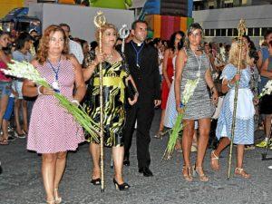 La teniente de alcalde y la concejala de Festejos a su llegada a la Parroquia  para depositar sus ramos ante la Virgen.