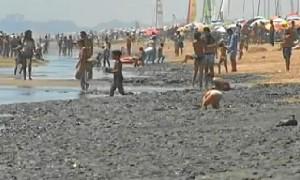 Lodo en la playa de La Antilla.