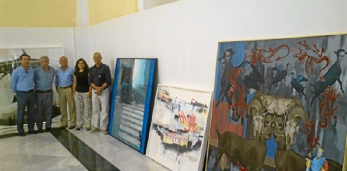 Los miembros del jurado del Certamen de Pintura con las obras premiadas.