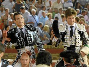 Manzanares y El Juli, a la derecha, duranta su salida a hombros de la Merced. (Gilberto/ambitotoros)