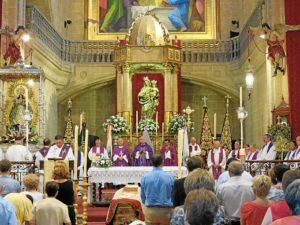 Aspecto de la parroquia durante el funeral por el padre Roca.