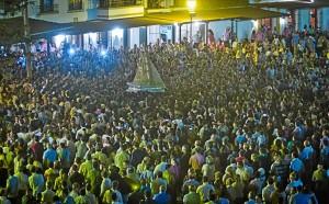 La Virgen ha estado casi ocho horas en las calles de la aldea. (Julián Pérez)