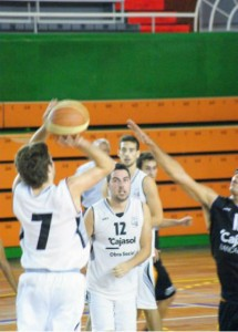Ángel Serrano, jugador del CD Huelva Baloncesto.