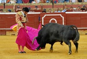 La corrida de este viernes en Huelva ha tenido momentos de gran brillantez, aunque los diestros fallaron al matar y los toros no demostraron casta. (Foto: Gilberto)
