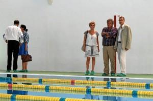 Visita del alcalde de Bollullos a la piscina municipal.