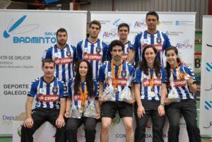 Pablo Abián y Carolina Marín con el equipo en Campeonato de España.