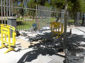 Obras en el acerado de la avenida Caro Baroja.