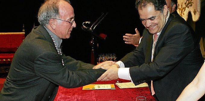 Momento de la entrega de la Medalla de La Palma al sacerdote Miguel Moreno por el alcalde, Juan Carlos Lagares, en el año 2008.