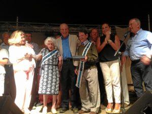 Los abuelos homenajeados, en compañía del alcalde.