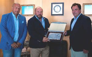 Pablo Comas recibiendo una placa de Juan Carlos Duarte, alcalde de San Juan del Puerto.