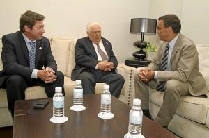 Responsables de la Real Sociedad Colombina con el presidente de la Diputación.