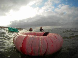 La coquina capturada se va metiendo en este flotador hasta que consideran que ya hay la cantidad suficiente para salir a tierra y seleccionarla