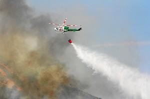 Uno de los medios aéreos en la extinción de uno de los fuegos producidos este verano en Huelva. (José Carlos Sánchez-Multimagenestudio)