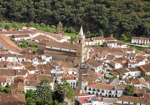 Vista de Alájar, con la iglesia del pueblo en el centro de la imagen.