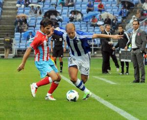 Morcillo peleando con Pablo Sánchez por un balón. (Espínola)