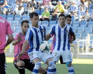 Linares, presionado por jugadores del Tenerife. (Espínola)