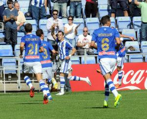 Linares, felicitado por sus  compañeros tras marcar ante el Mallorca. (Espínola)
