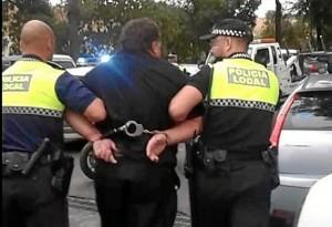 Momento en el que el sacerdote ucraniano es conducido detenido por la Policía Local.