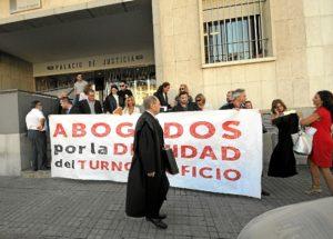 Concentración de los abogados del turno de oficio ante el Palacio de Justicia. (José Miguel Espínola)