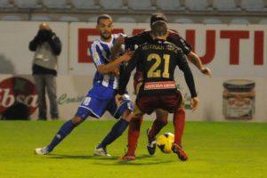 Yuri peleando con Menosse y Ruyman. (www.inforbierzo.com)