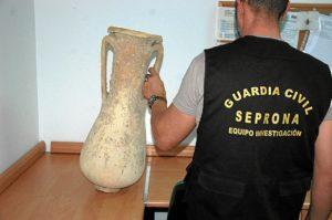 Ánfora romana recuperada por la Guardia Civil.