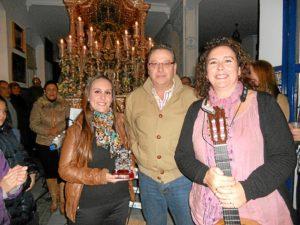 De manos del Vicepresidente de la Hermandad, Paco Moreno, Ana y Mari Toni reciben un regalo.
