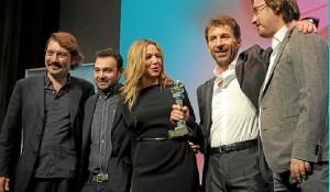 Antonio de la Torre en el momento de recibir el premio Ciudad de Huelva.