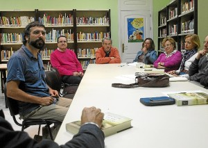Diego Magdaleno con los integrantes de la actividad cultural.