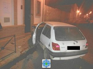 Coche accidentado en calle de Bonares