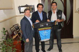 Asociación Ciclista Onubense con el acalde de San Juan del Puerto.