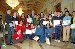 El alcalde con los niños participantes en el Pleno.