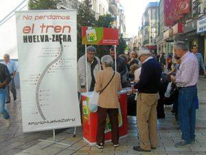 Recogida de firmas por IU en favor de la línea Huelva-Zafra.