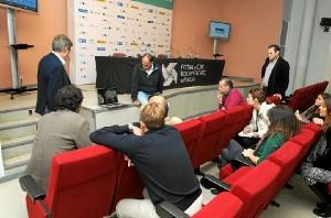 Eduardo Trías se dispone a tomar asiento en la rueda de prensa del documental 'Guadalquivir'.